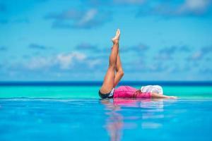 gelukkig mooi meisje met plezier in het buitenzwembad