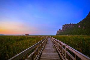 prachtige zonsondergang in het nationale park khao sam roi yod