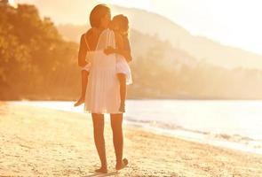 moeder en dochter in beachat sunsat, gelukkig