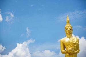 standbeeld bij de gouden tempel van wat paknam jolo