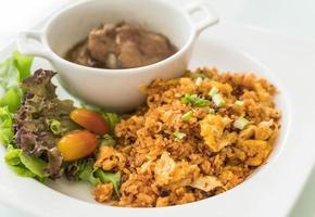 gebakken rijst met gestoomde varkensribbetjes