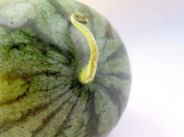 hele watermeloen close-up op witte achtergrond