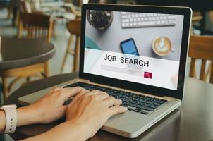 close-up van persoon die online zoekt naar een baan