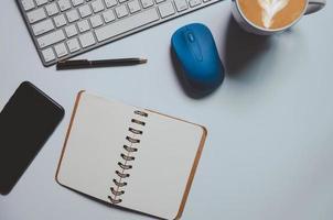 bovenaanzicht van notitieblok en toetsenbord