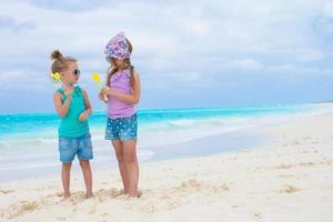 twee meisjes die plezier hebben op een strand