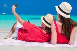 paar dat een selfie op een strand neemt foto