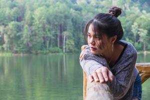 meisje kijkt uit op een meer
