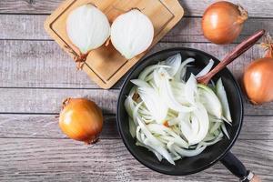 gehakte en gehalveerde uien