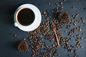 koffiekopje en gebrande koffiebonen foto