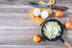 gehakte ui in een pan