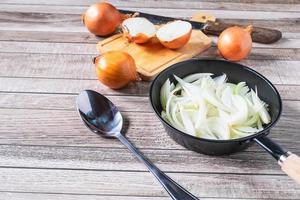rauwe ui in een pan