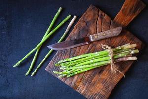asperges op een houten snijplank foto