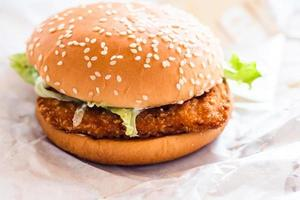 kip gebakken hamburger op wit papier achtergrond