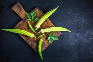 okra op houten snijplank foto