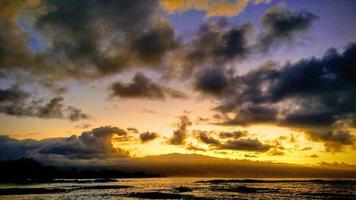 waterlichaam onder bewolkte hemel tijdens zonsondergang