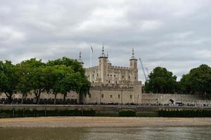 Londen, Engeland, 2020 - mensen toeren overdag door de Tower of London