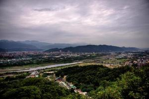 luchtfoto van een weg in een stad onder grijze wolken