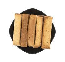 bovenaanzicht van toast sticks op een zwarte plaat