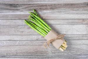 verse asperges op houten tafel foto