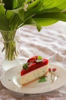 plakje cake met aardbei foto