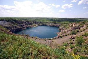 blauw meer in open kuil foto