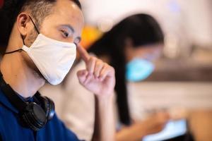 creatief team dat gezichtsmaskers draagt op zakelijke co-working-ruimte
