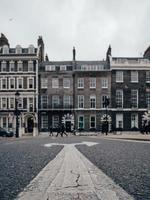 pijlen die beide kanten op wijzen in de straat foto