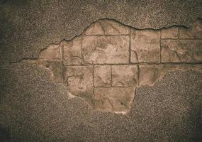 grote scheur in oude rommelige betonnen muur foto