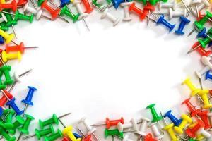 kleurrijke punaises op witte achtergrond foto