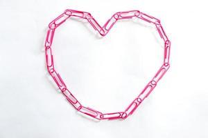 roze hartvormige paperclips op witte achtergrond foto