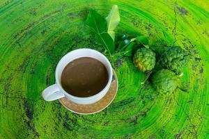 kaffir limoenblaadjes en koffie foto
