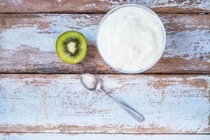 natuurlijke yoghurt en kiwi's