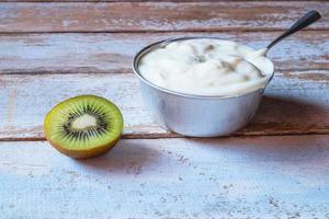 yoghurt en gehalveerde kiwi