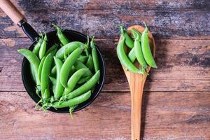 verse groene erwten in de pan.