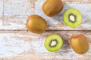 kiwi's op houten achtergrond foto