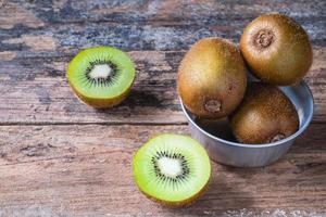 vers kiwifruit in kom op lijst foto