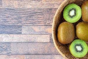 vers kiwifruit in een kom foto
