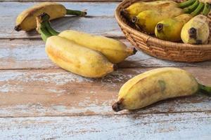 biologische bananen in een mand foto