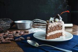 plakje chocoladetaart foto