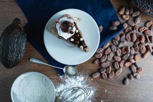 plat leggen van chocoladetaart en ingrediënten foto