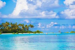 Maldiven, Zuid-Azië, 2020 - overdag een wit strandresort foto