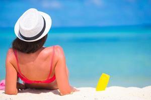 close-up van een vrouw die op een strand legt foto