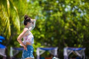 vrouw stond buiten in een resort foto