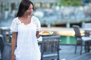 Maldiven, Zuid-Azië, 2020 - vrouw met haar ontbijt op een terras foto