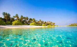 mooi blauw water op een tropisch strand foto