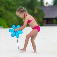 meisje op strand tijdens zomervakantie foto