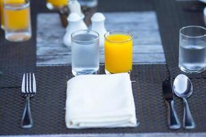 tafel met sinaasappelsap en water foto