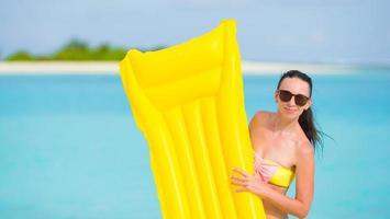 vrouw met een floatie bij een strand