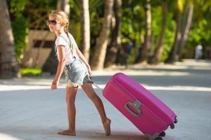 meisje trekt bagage achter haar