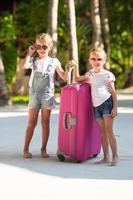 twee meisjes met bagage